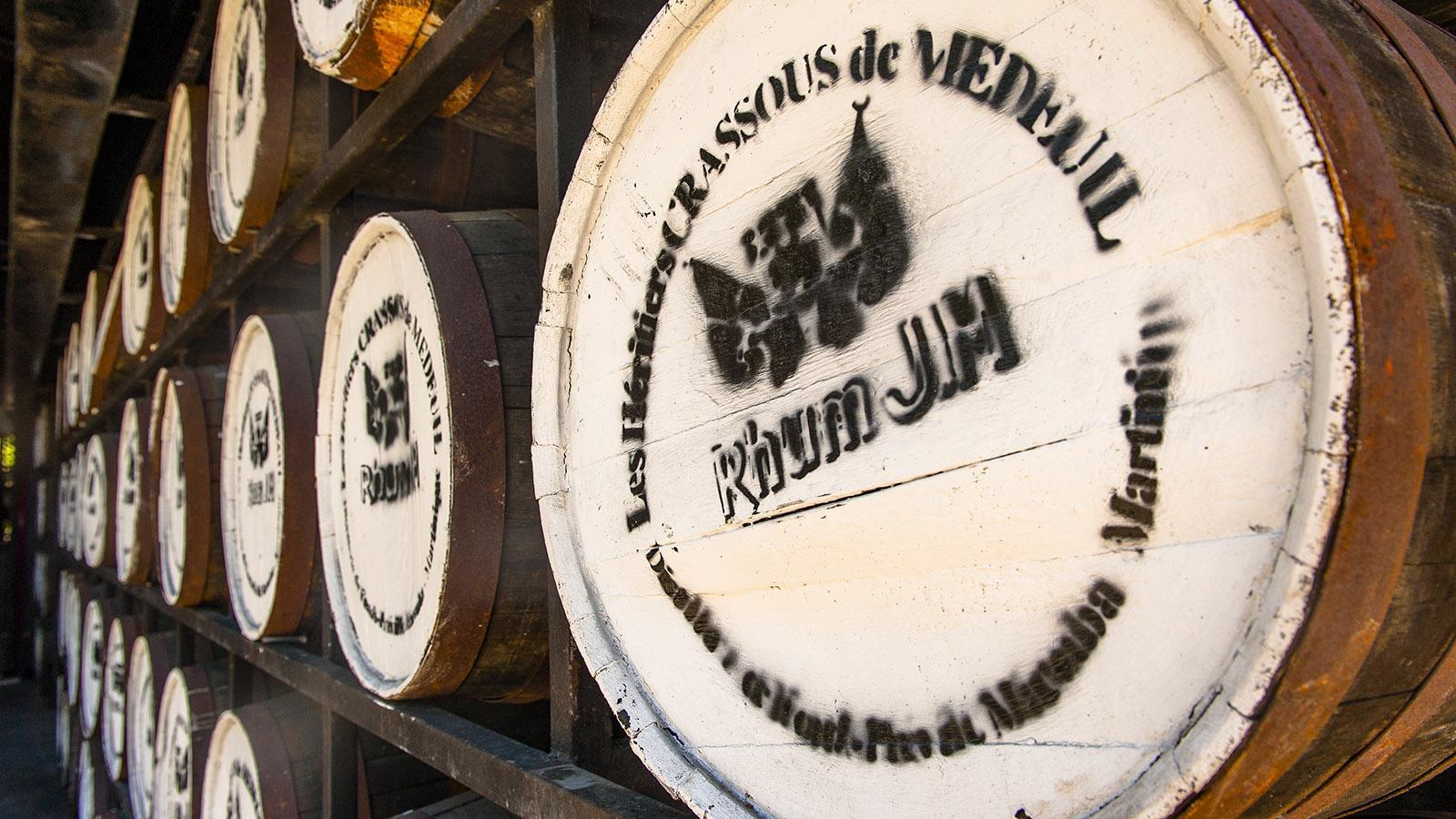 In solchen alten Holzfässern reift der Rum zur Vollendung. Foto. Hilke Maunder