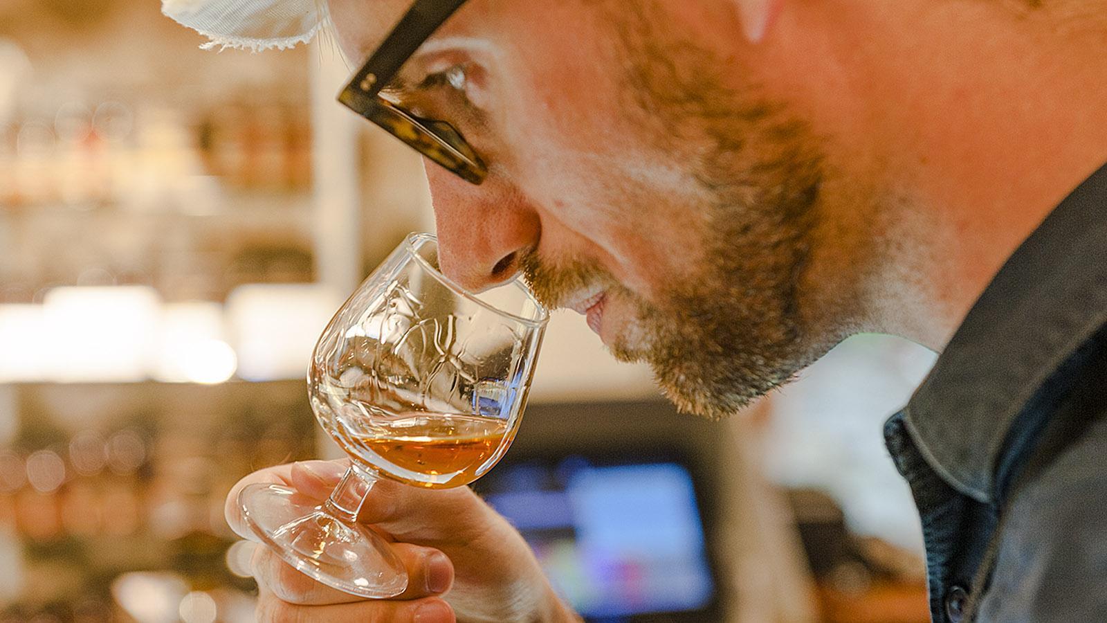 Oliver Timmernann bei der Rum-Verkostung. Foto: Hilke Maunder
