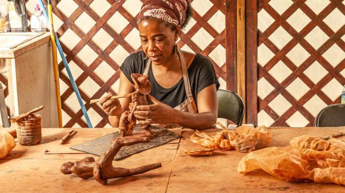 Töpferin im Village de Poterie. Foto: Hilke Maunder