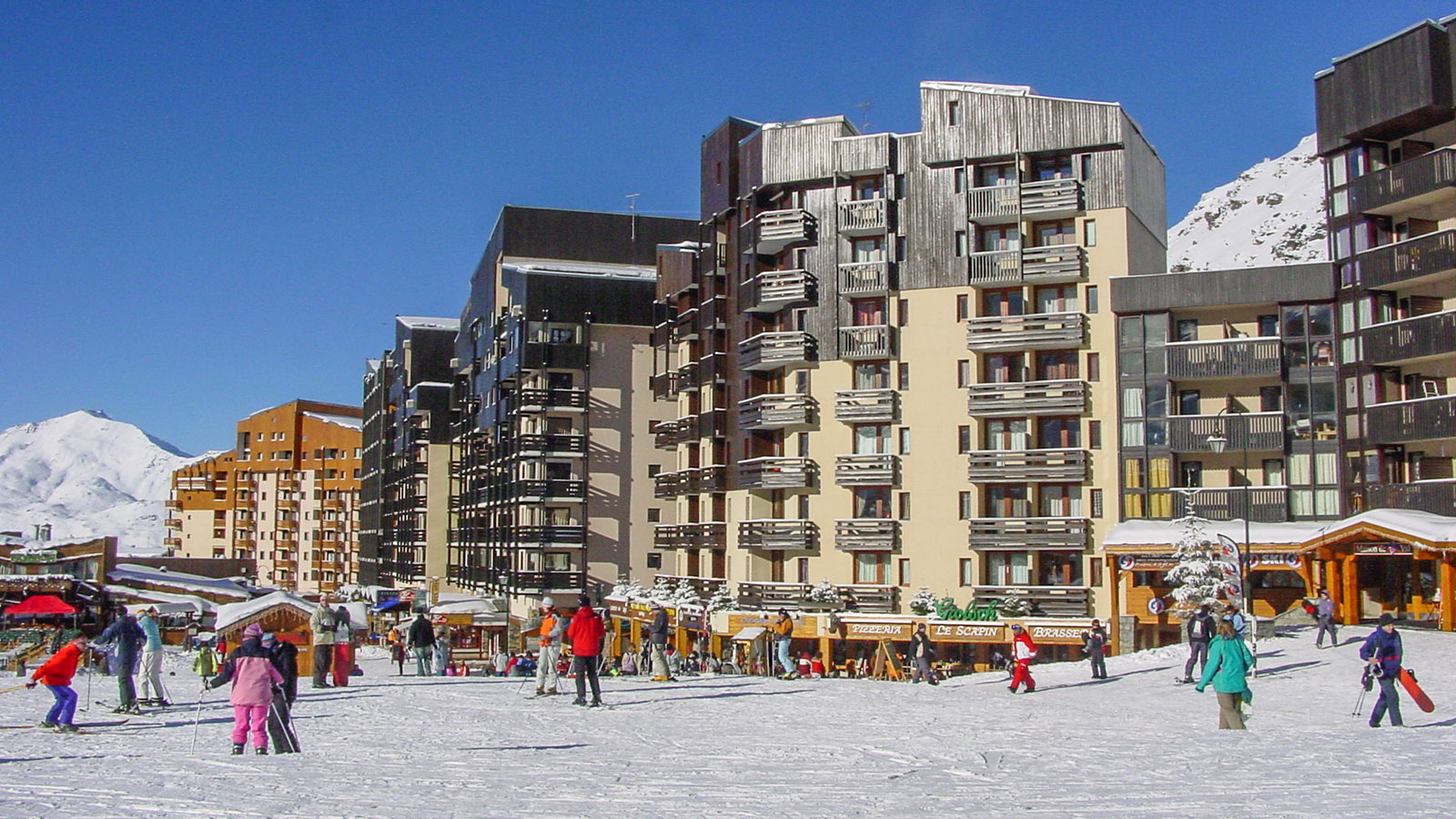 Val Thorens: Place du Coron - rechts Shops und Ferienwohnungen, von der Piste nur wenige Meter getrennt. Foto: Hilke Maunder