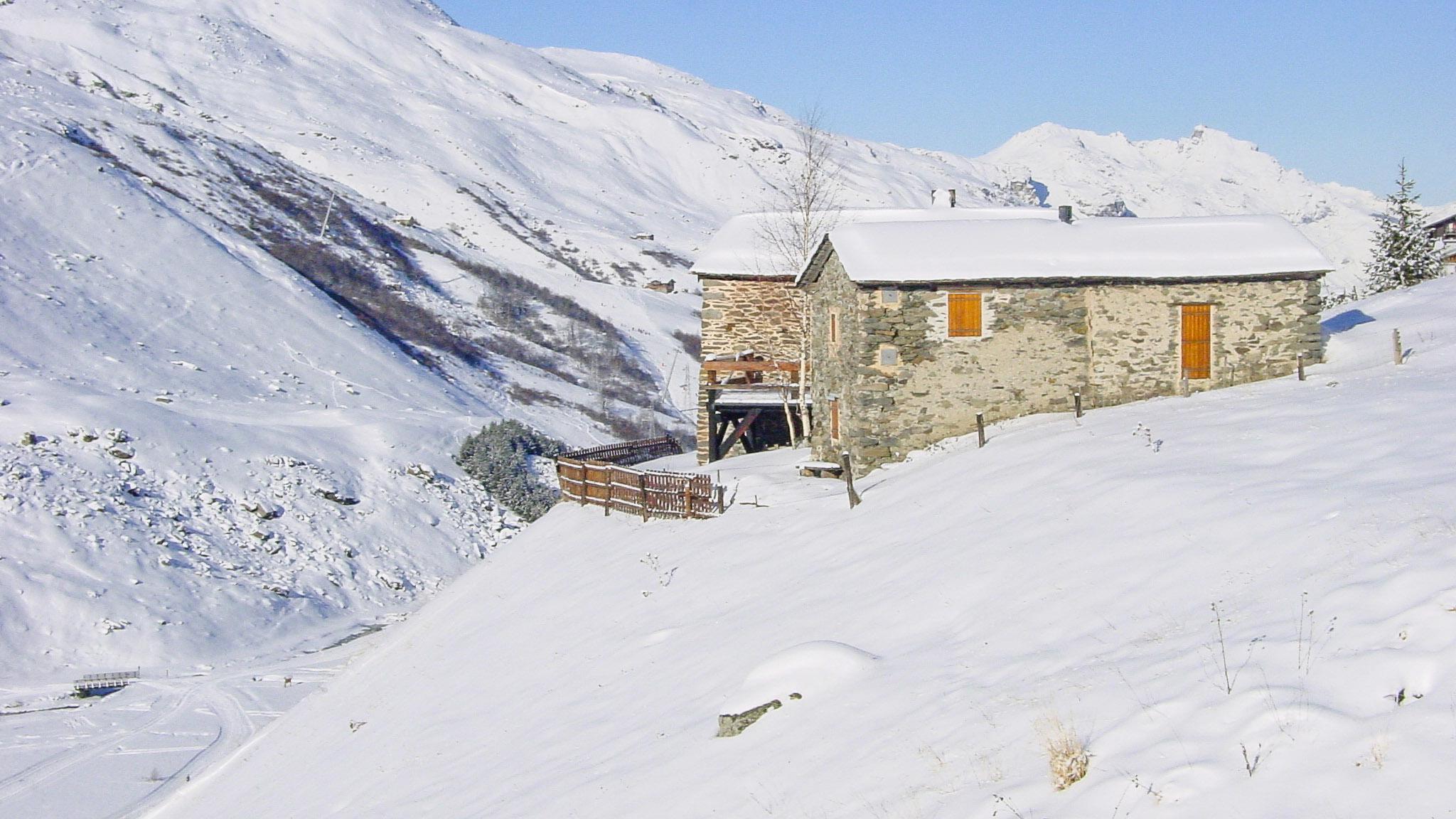 Val Thorens: Ein altes Farmgebäude an der Straße nach Les Menuires; im Hintergrund Pointe de la Masse (2.804 m). Foto: Hilke Maunder