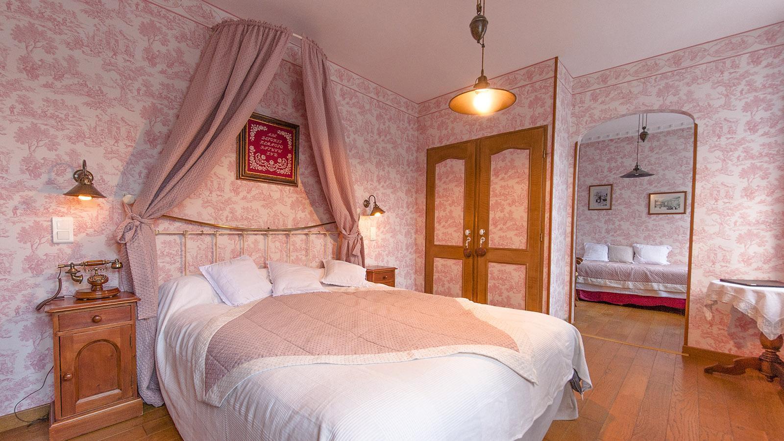 Cauterets: Komfortable Nostalgie: ein Gästezimmer des Hôtel Le Lion d'Or. Foto: Hilke Maunder