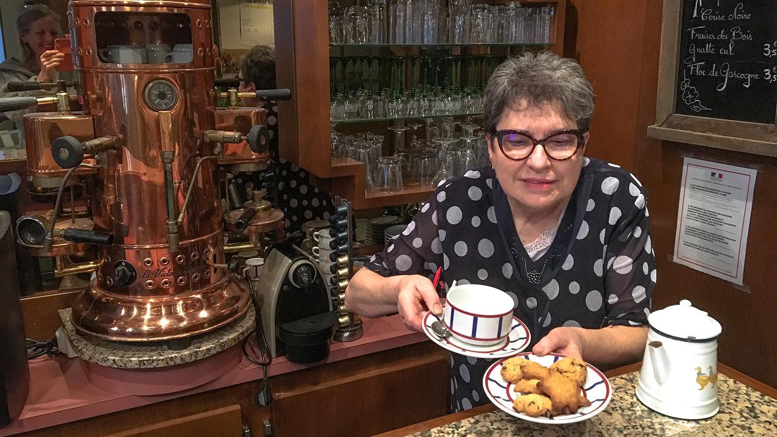 Cauterets: Madame Bernadette vom Hôtel Le Lion d'Or verwöhnt ihre Gäste. Foto: Hilke Maunder