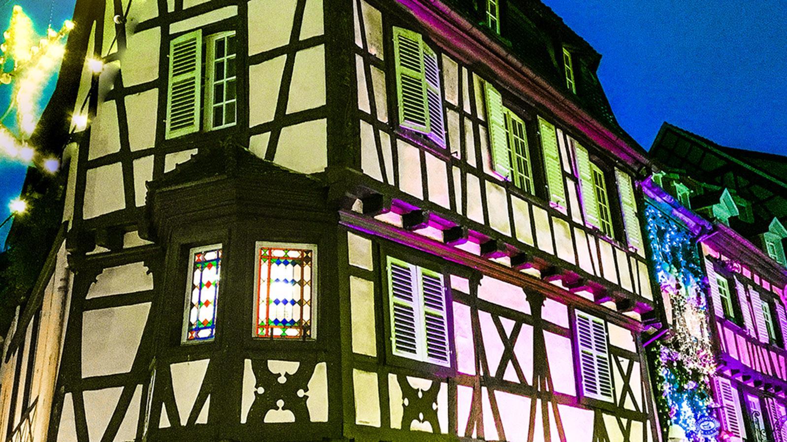Colmar zu Weihnachten:Fachwerk und farbiges Licht sorgen für eine urgemütliche Stimmung. Foto: Hilke Maunder