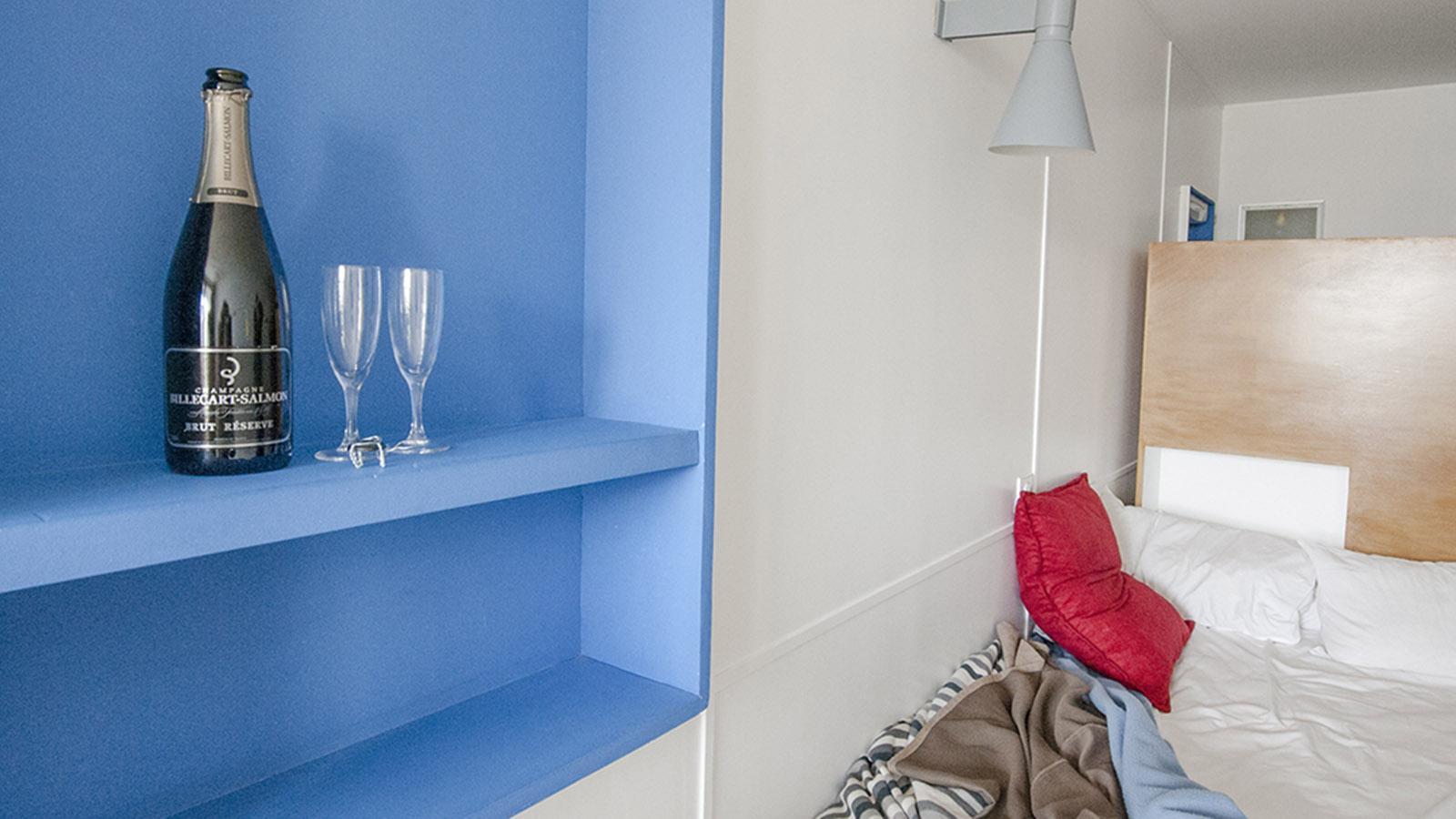 Champagner: Cité Radieuse: ein Zimmer im Hôtel Le Corbusier. Foto: Hilke Maunder