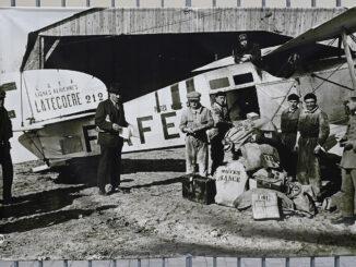 Historische Aufnahme der Luftpost-Flieger am Zaun des Envol des Pionniers. Foto: Hilke Maunder