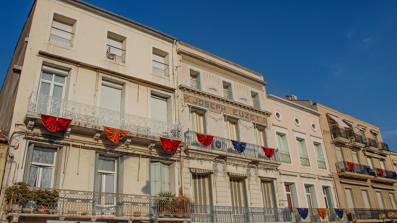 Sète: fürs Fischerfest geschmückt: die Häuser am Hauptkanal. Foto: Hilke Maunder