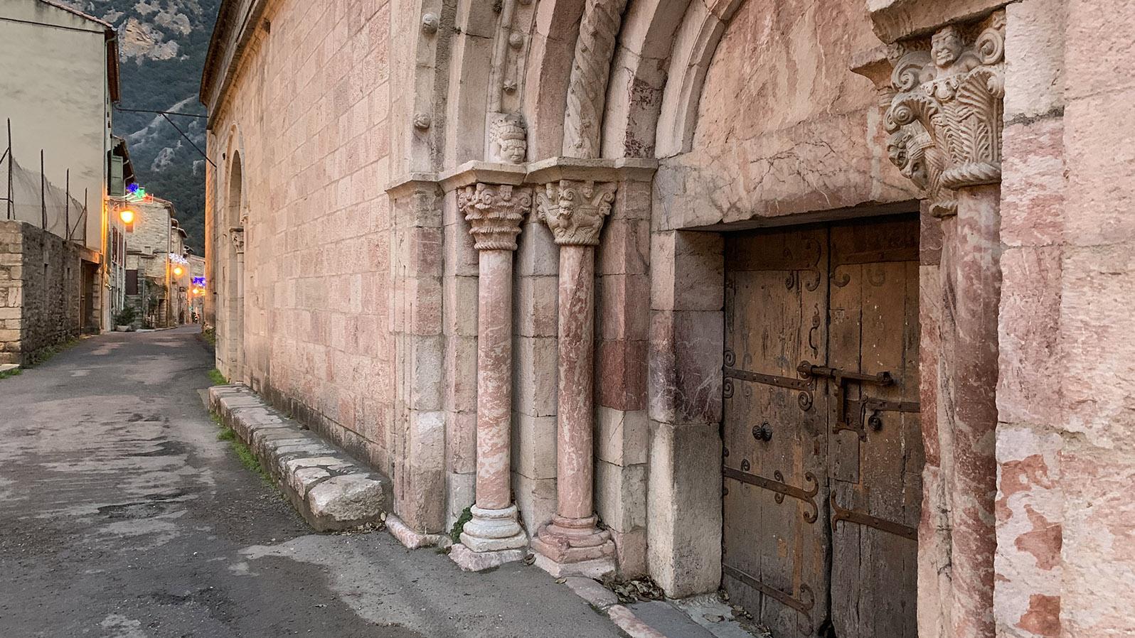 Villefranche-de-Conflent: Mit einfachen Steinschnitzereien geschmückt - die Pfarrkirche. Foto: Hilke Maunder