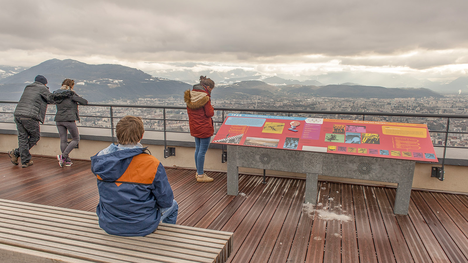 Tafeln informieren euch über die Stadt und wesentliche Highlights, die vom Aussichtspunkt Bastille zu sehen sind. Foto: Hilke Maunder