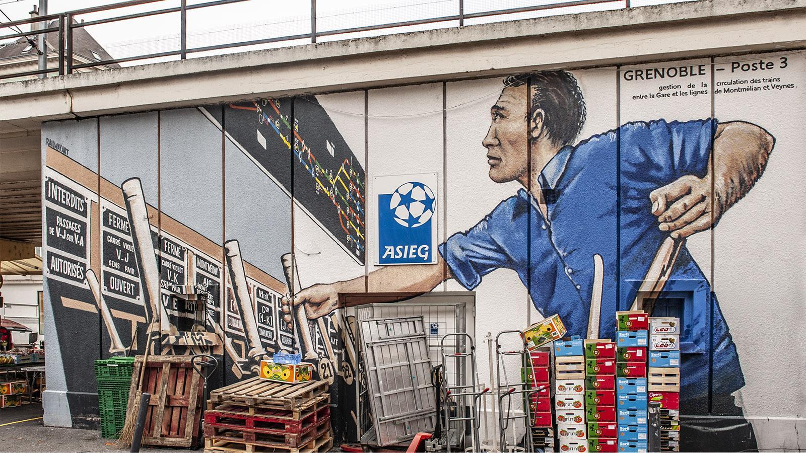 Seit 2018 malt der Künstler neben Wandbildern zum Marktgeschehen auch Fresken zum Thema Leben auf der Schiene. Inspirieren lässt er sich dabei von alten Fotos, die er in Büchern und Zeitschriften zum Thema Eisenbahn findet.