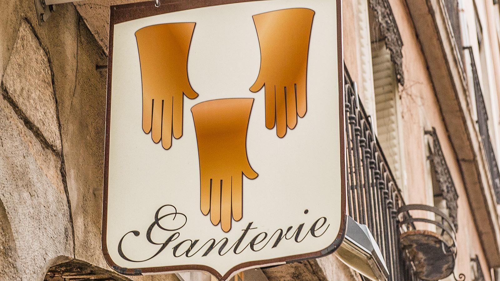 Ladenschild eines Handschuhmachers in Grenoble. Foto: Hilke Maunder