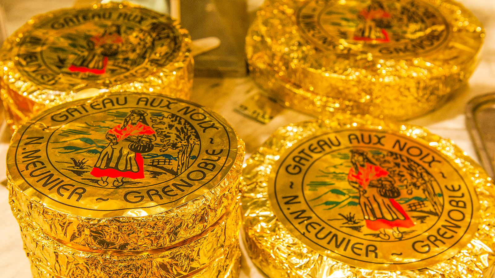 Der Gâteau au noix von Norbert Meunier ist edel in Goldfolie verpackt - so bleibt er frisch und saftig. Foto: Hilke Maunder