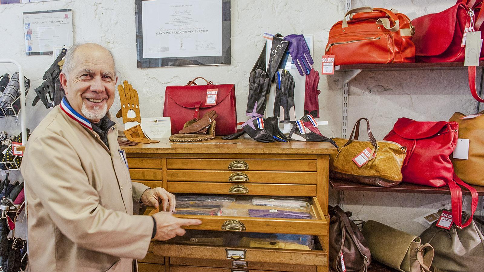 Jean Strazerri bewahrt in nostalgischen Holzschrank seine Handschuhe auf. Foto: Hilke Maunder