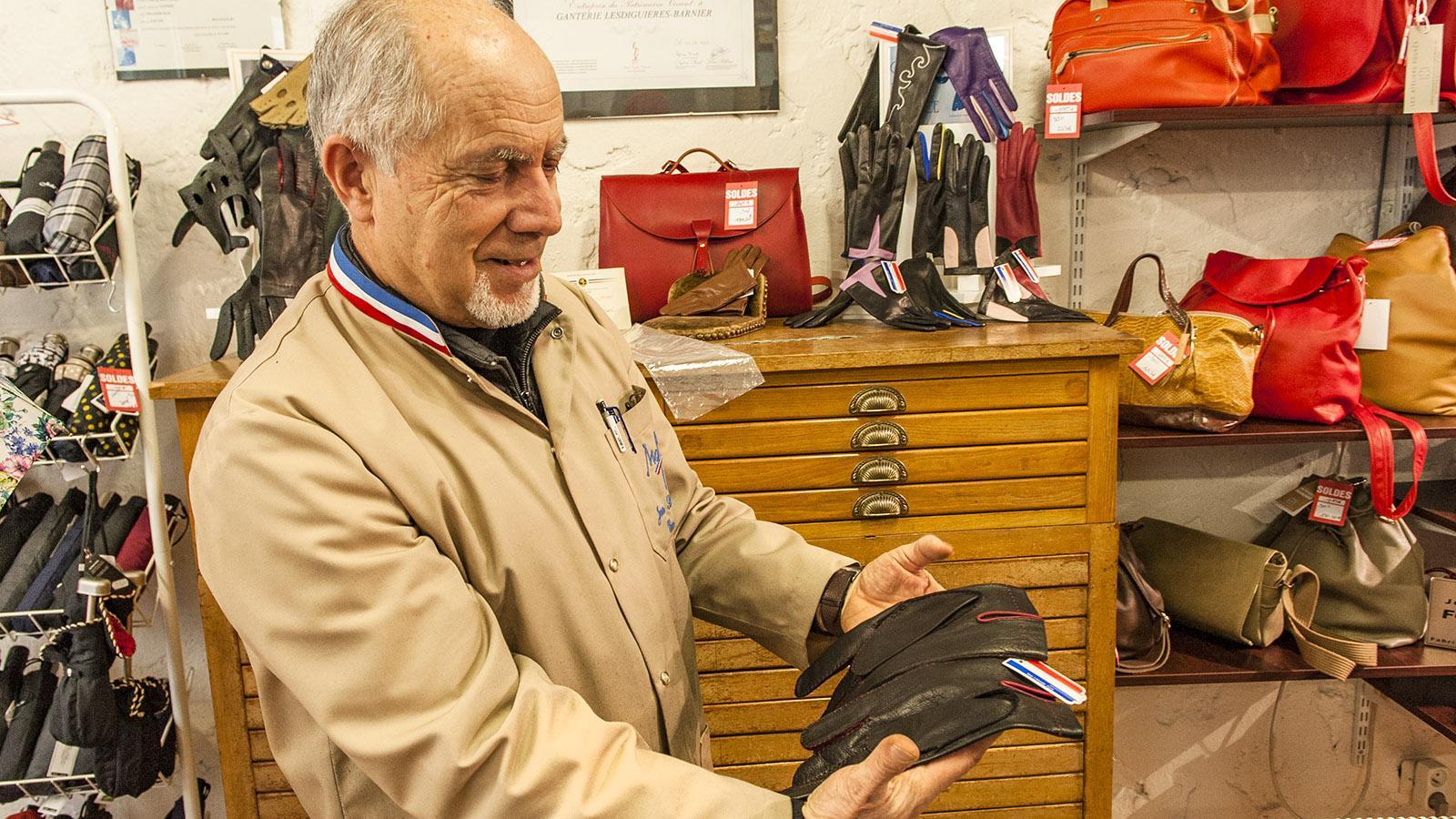 Monsieur Strazerri mit einem handgenähten Herrenhandschuh. Foto: Hilke Maunder