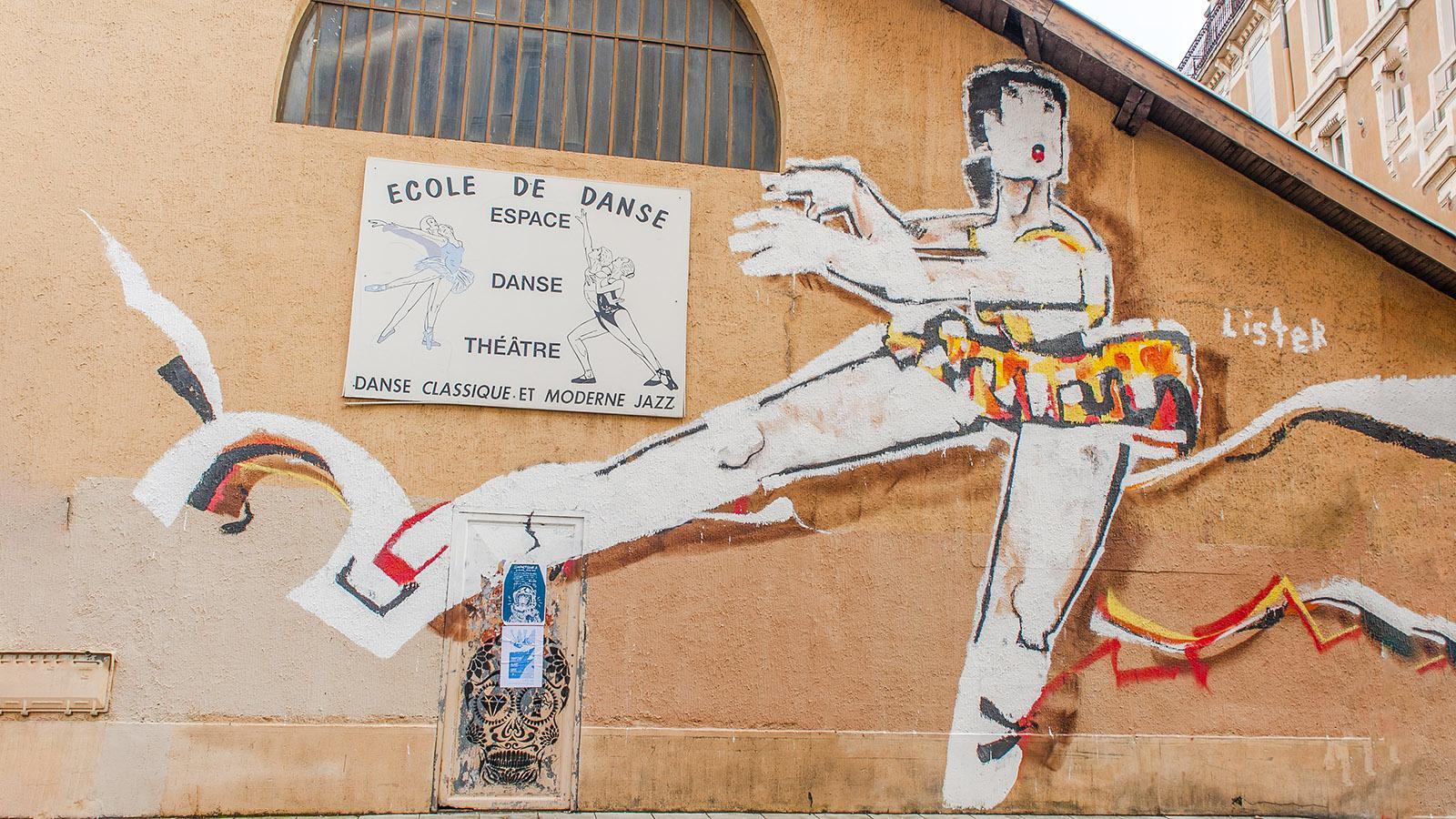 Street Art in Grenoble: Anthony Lister auf einer Tanzschule in der Rue Génissieu. Foto: Hilke Maunder