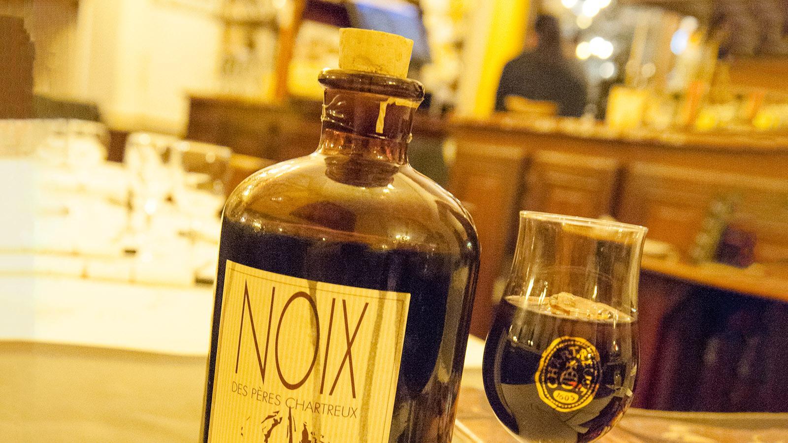 Köstlicher Haus-Aperitif: vin de noix. Foto: Hilke Maunder