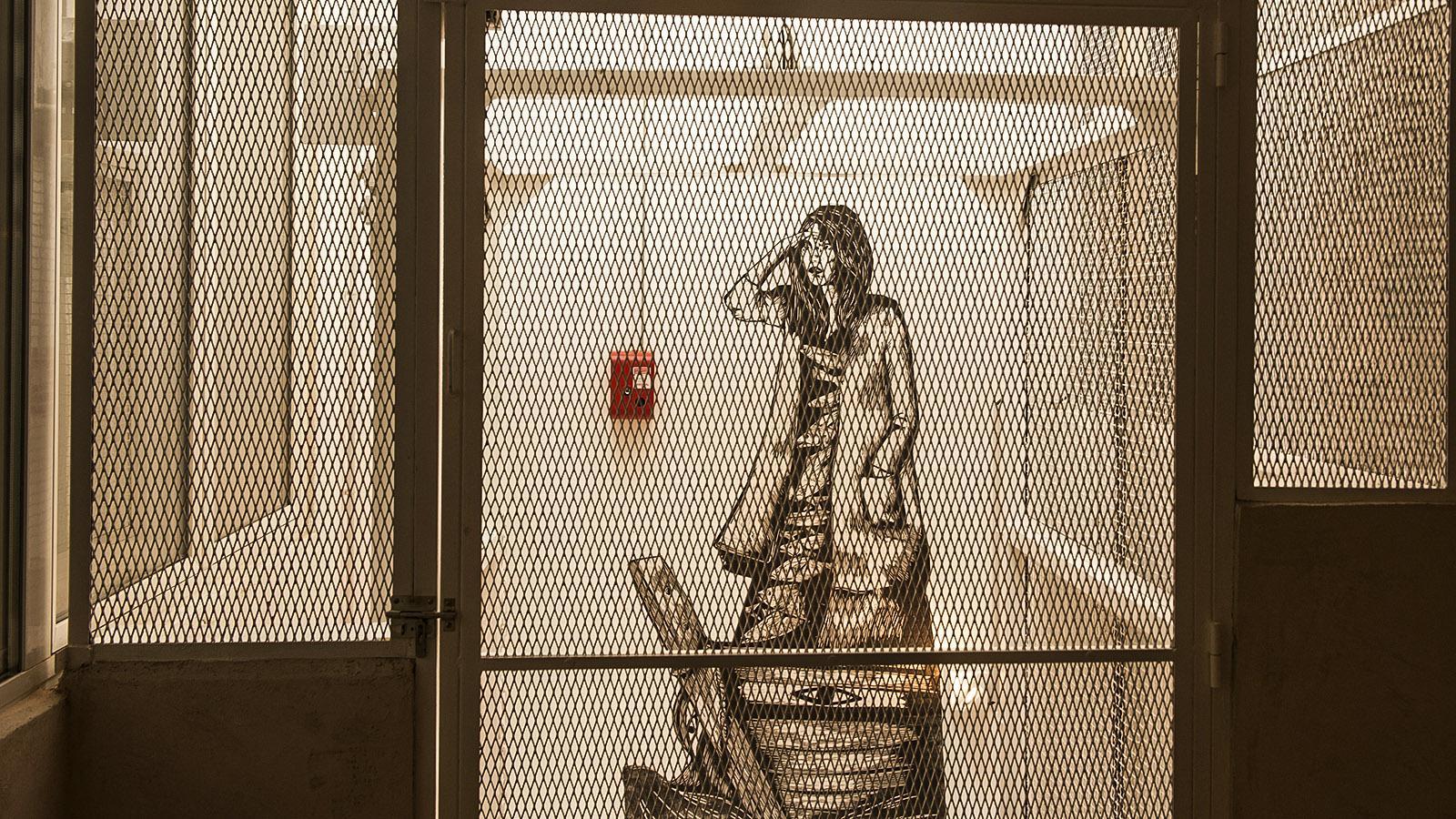 Cannes, Suquet des Artistes: Frau im Aufzug nach Einkauf: ein Stencil von Olivia Paroldi. Foto: Hilke Maunder