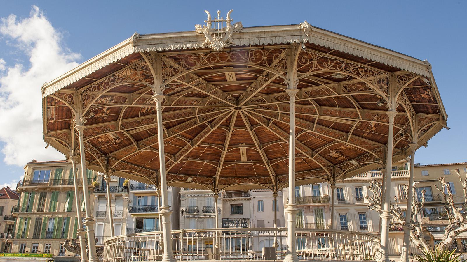 Cannes: An der Promenade de la Pantiero: ein nostalgischer Musikpavillon. Foto: Hilke Maunder