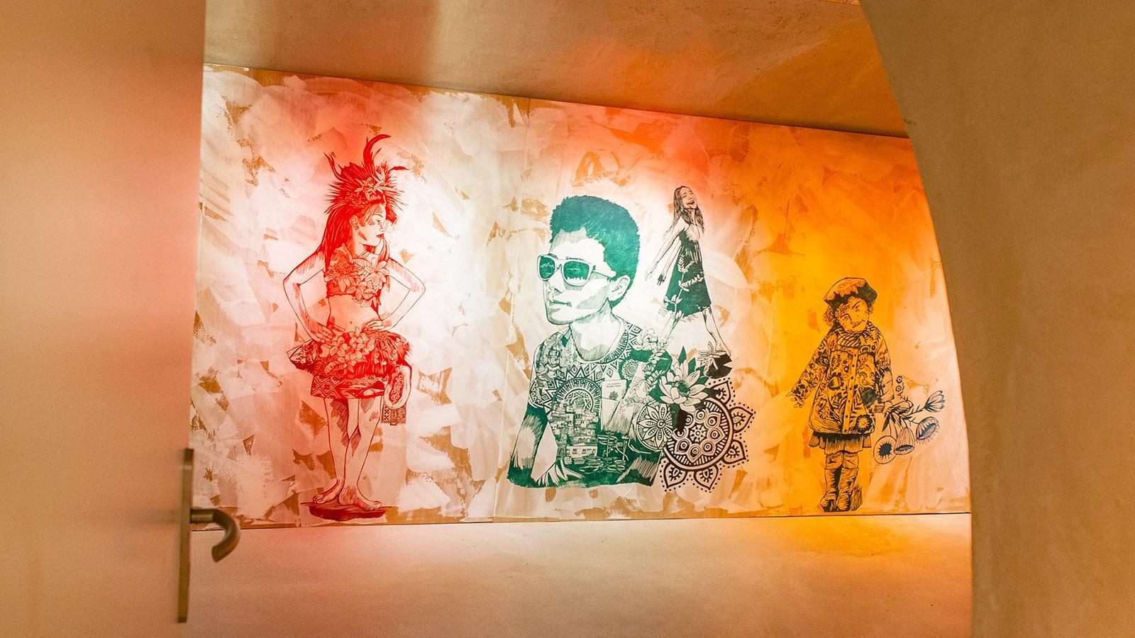 Olivia Paroldi hat mit bunt gedruckten Stencils die Wände ihres Ateliers im Suquet des Artistes geschmückt. Foto: Hilke Maunder