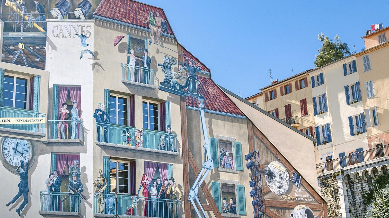 Cannes: Auch am Busbahnhof erzählen Wandbilder vom Kino. Foto: Hilke Maunder