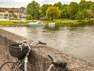 Blick auf Bourg-Charente und den Bootsanleger an der Charente. Foto: Hilke Maunder