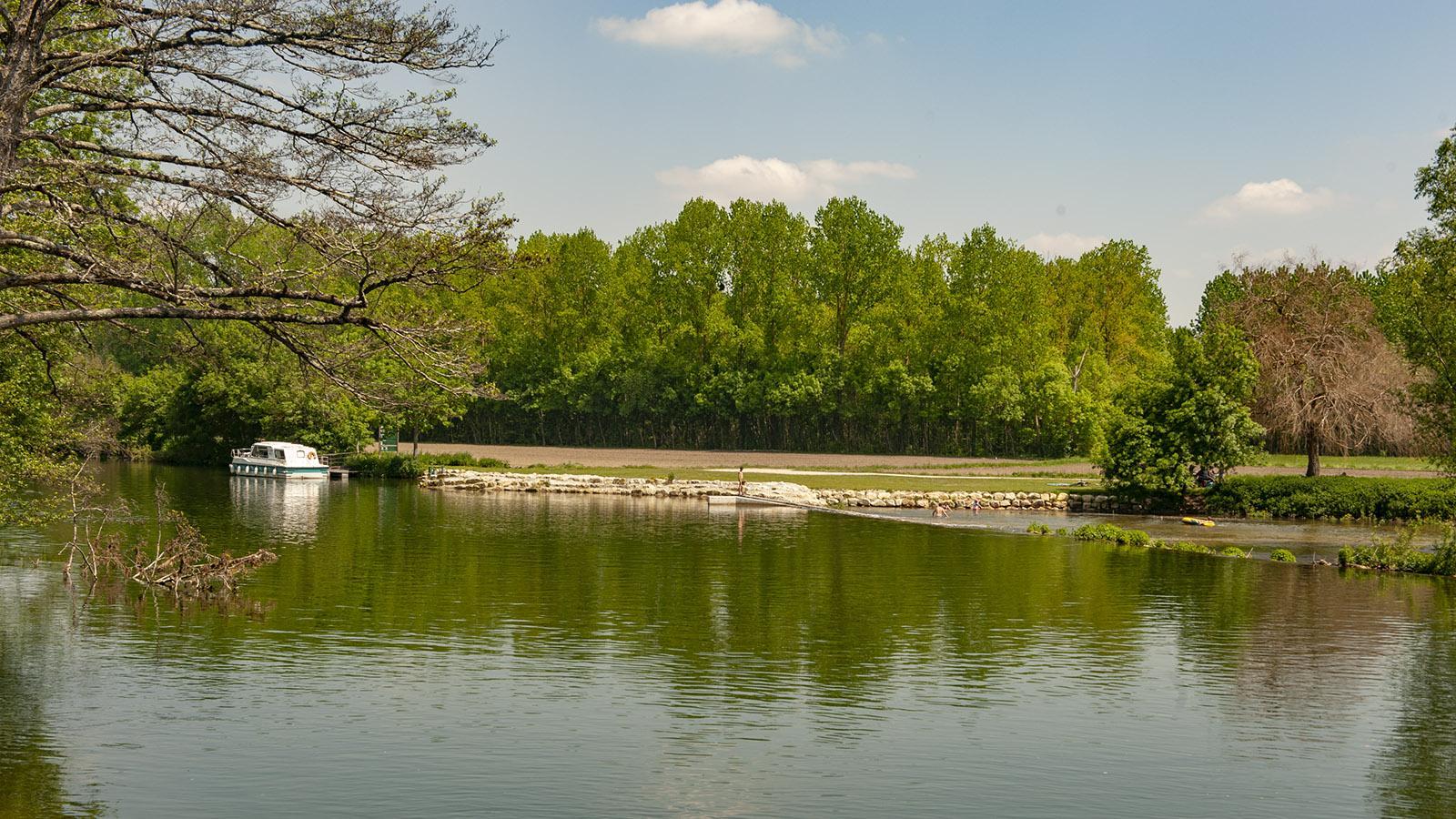 Charente im Hausboot. Bereits Mitte Mai badeten die Ersten im Fluss. Foto: Hilke Maunder