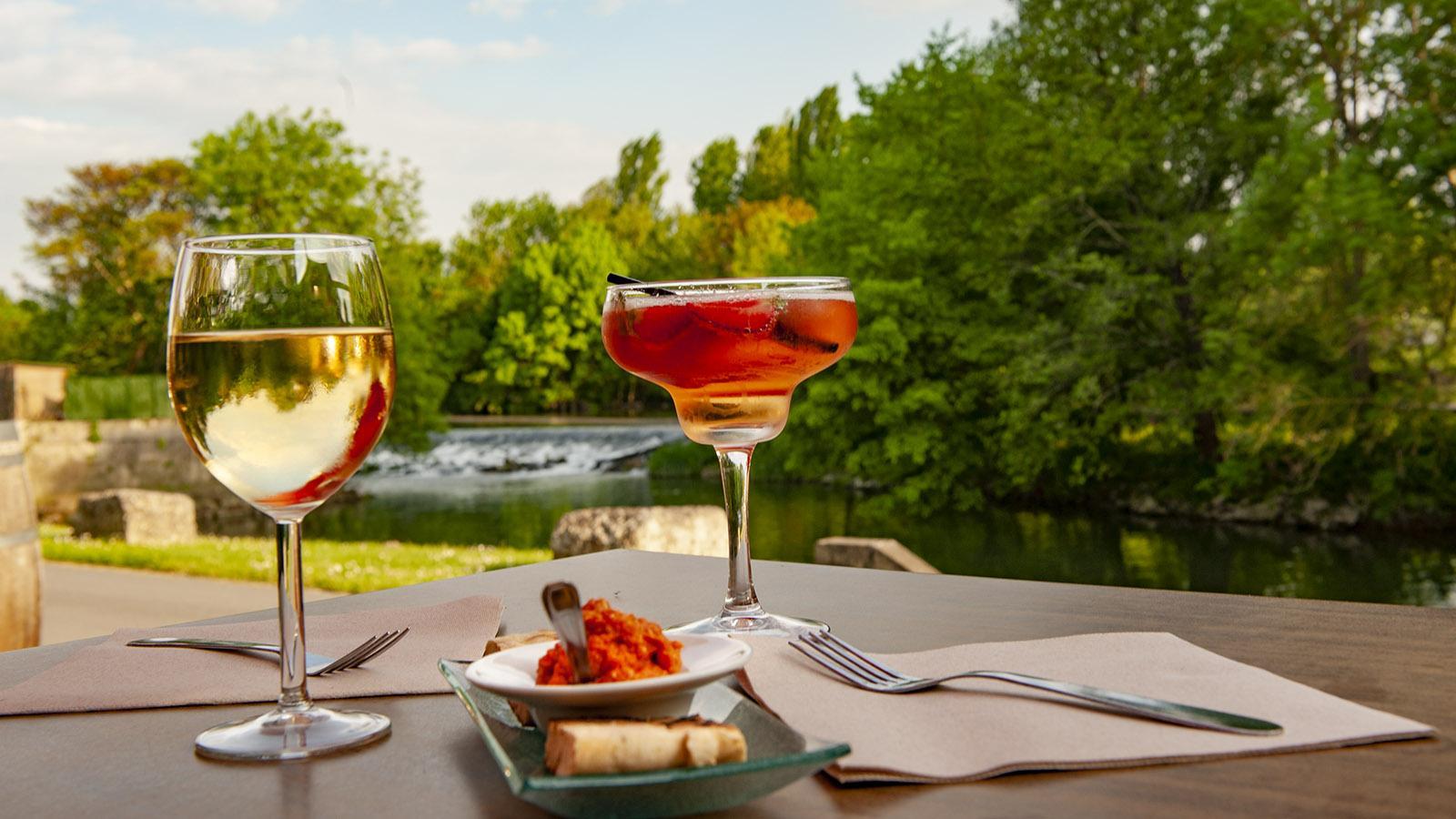Apéro mit Weißwein und La Godinette in La Tonnellerie. Foto: Hilke Maunder