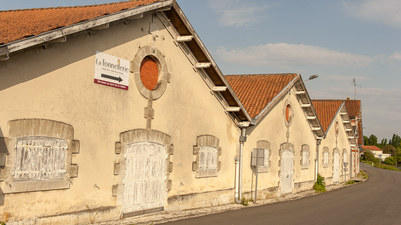 Châteauneuf-sur-Charente: Wir folgten dem Schild auf den Schuppen am Kai. Foto: Hilke Maunder
