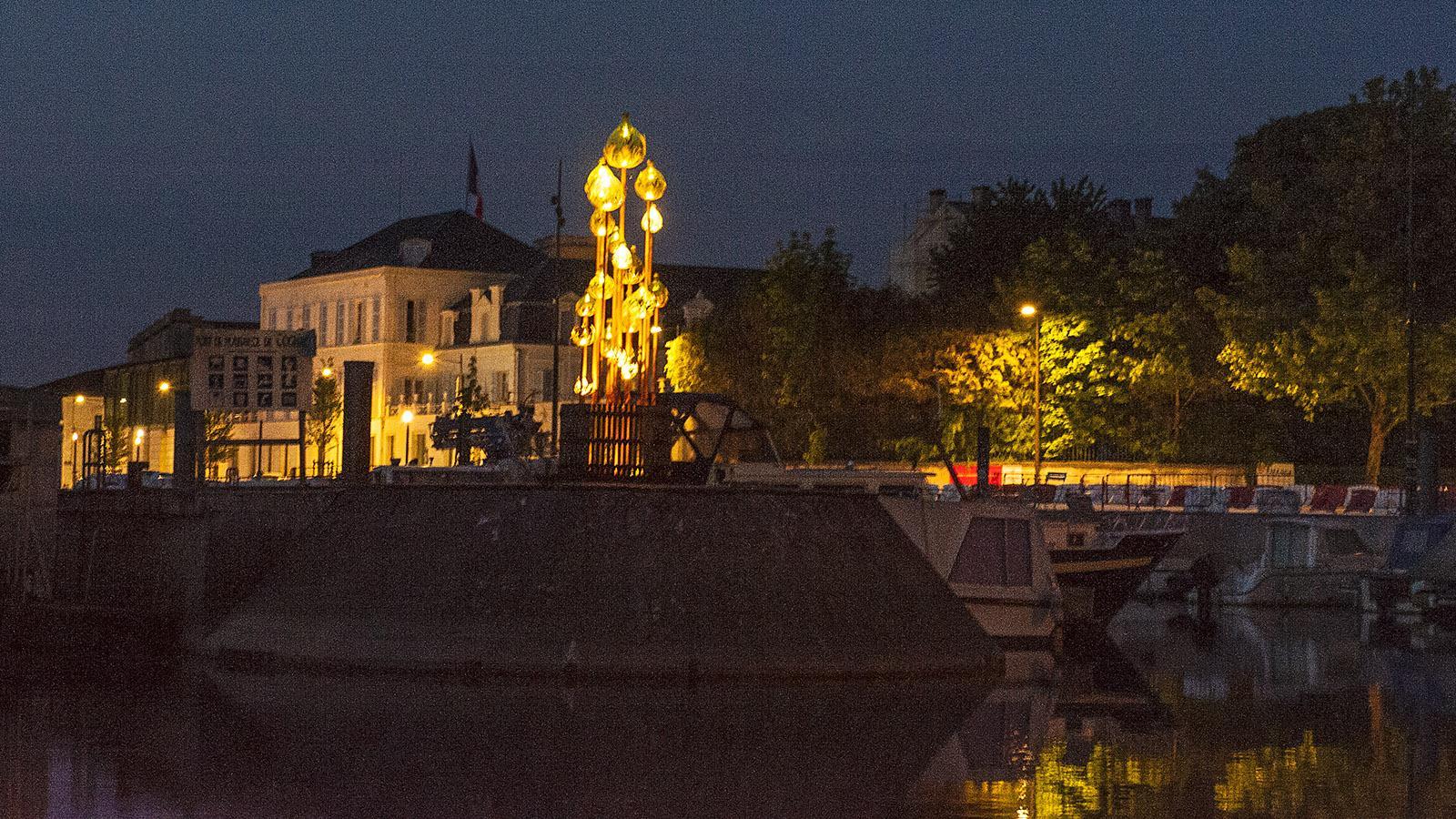 Abends im Sportboothafen von Cognac erblickt ihr diesen beleuchteten Brunnen. Foto: Hilke Maunder
