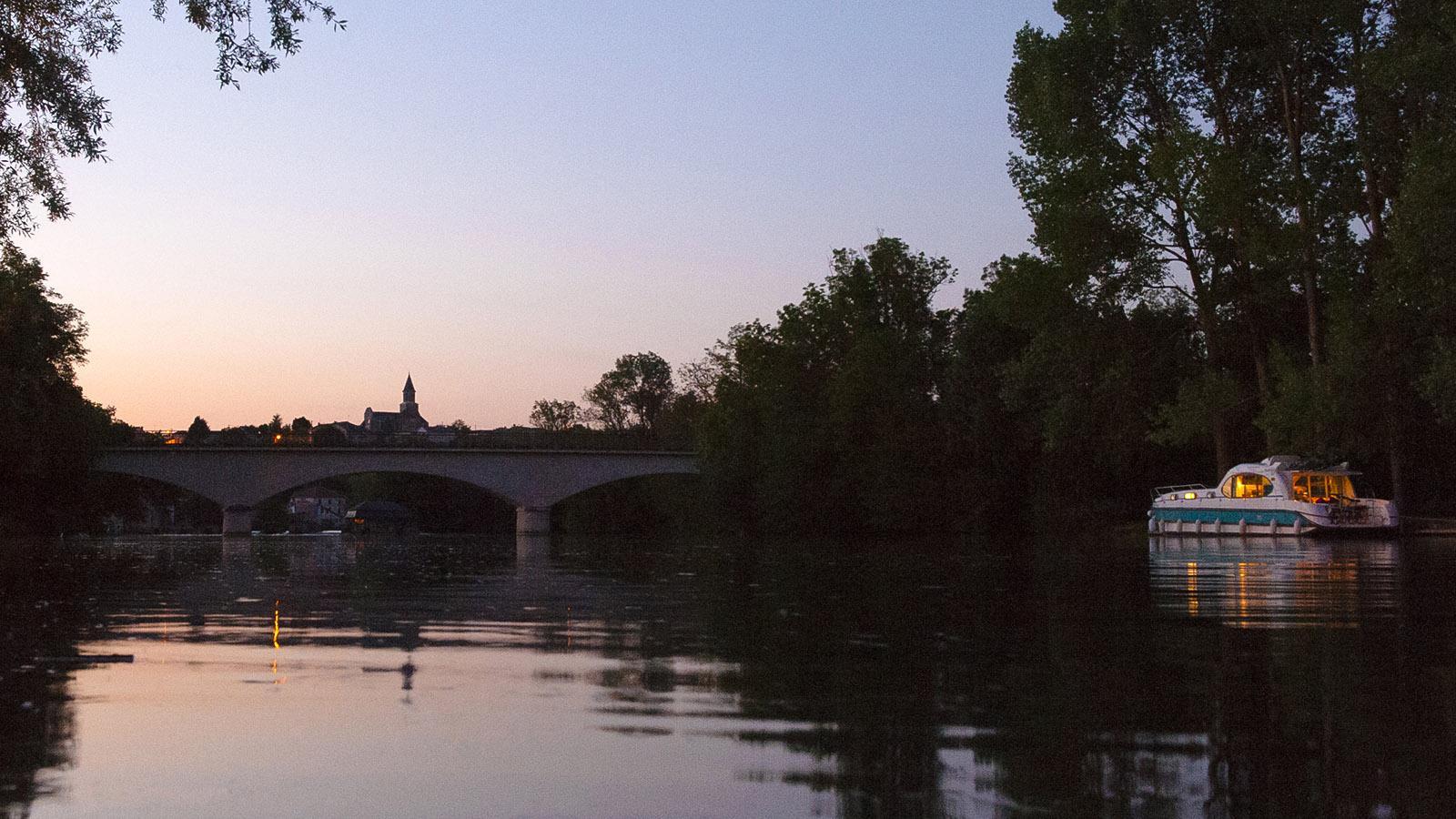 Abend-Glück: Unser Hausboot-Liegeplatz in Saint-Simeux. Foto: Hilke Maunder