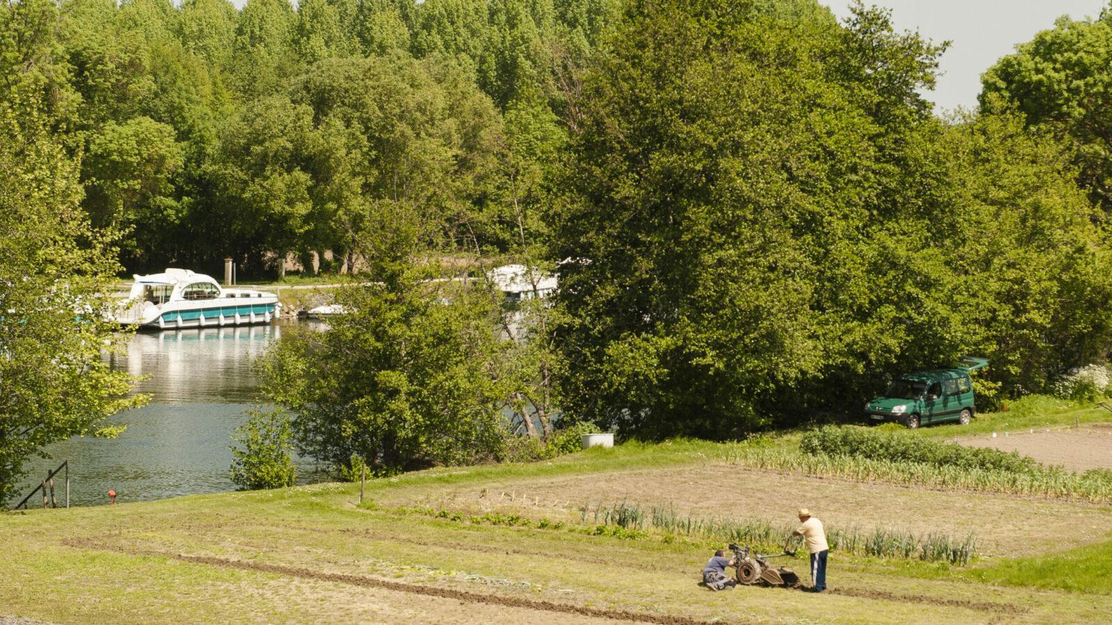 Gegenüber vom Liegeplatz von Sireuil bestellten Bauern ihr Feld. Foto: Hilke Maunder