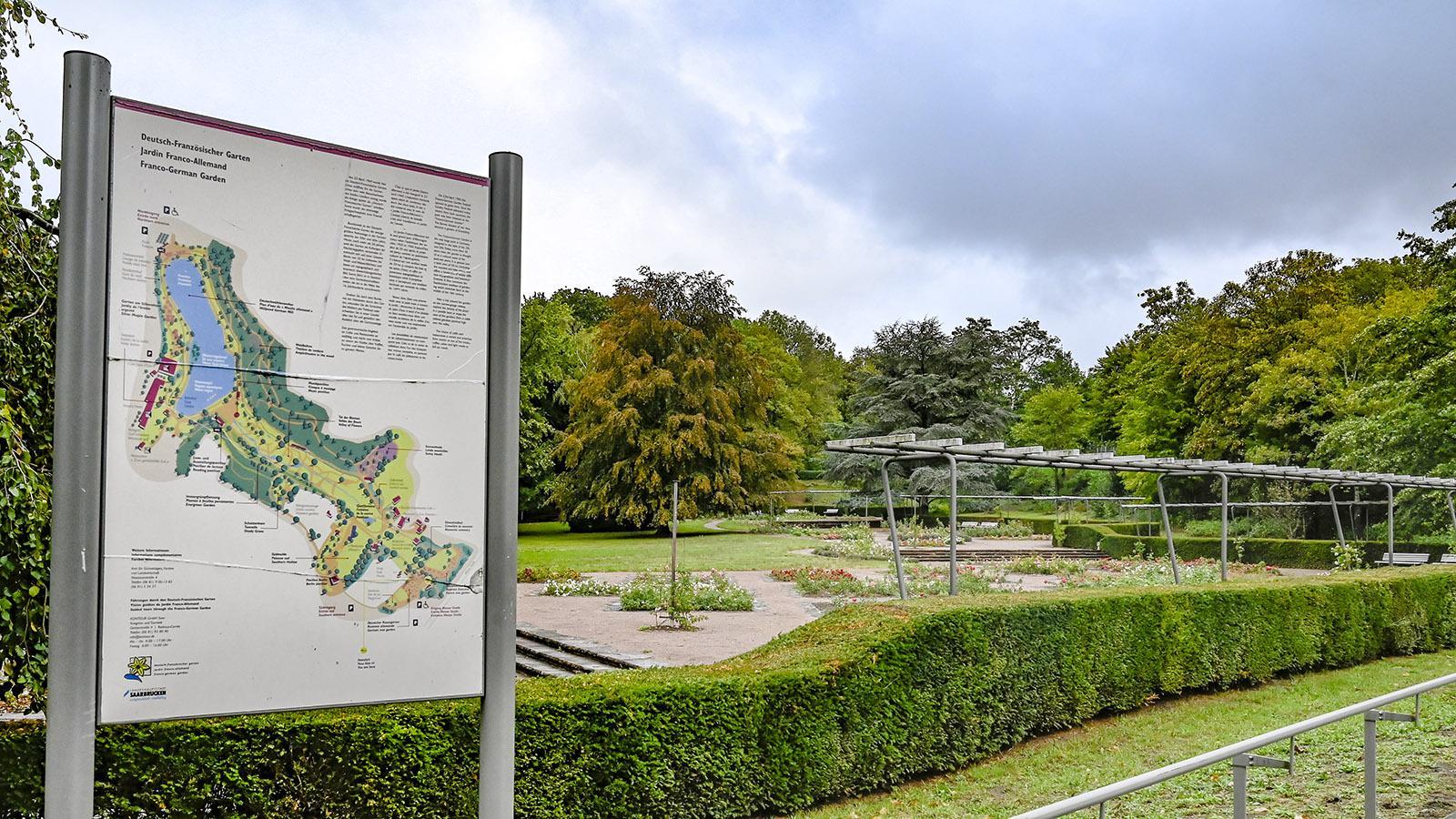 Grüne Oase mit Parkbahn, See und schönen Pflanzen: der Deutsch-Französische Garten. Foto: Hilke Maunder