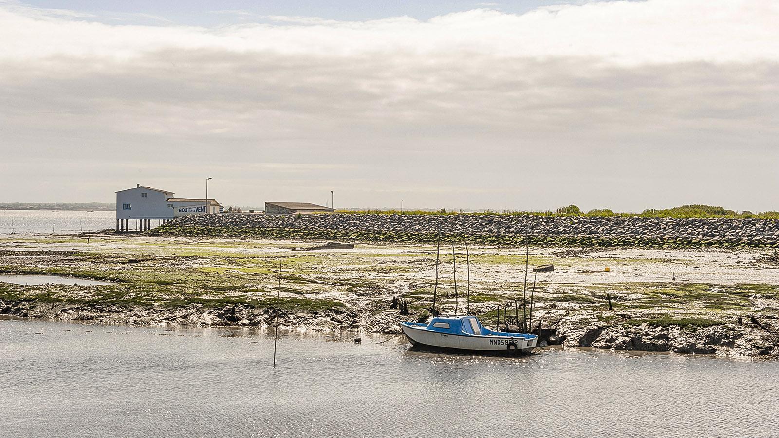 Île d'Oléron: Das Boot eines Austernfischers, fest vertäut im Hafenkanal von Saint-Trojan-les-Bains. Foto: Hilke Maunder