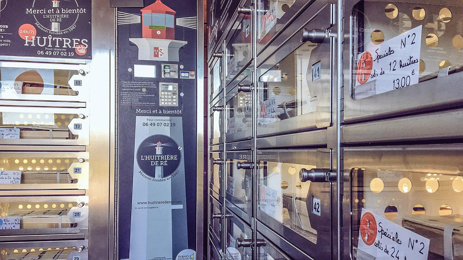 Île de Ré: Rund um die Uhr gibt es in diesem Automaten frische Austern –gut gekühlt wie der passende Wein, den ihr ebenfalls ihr ziehen könnt. Foto: Hilke Maunder