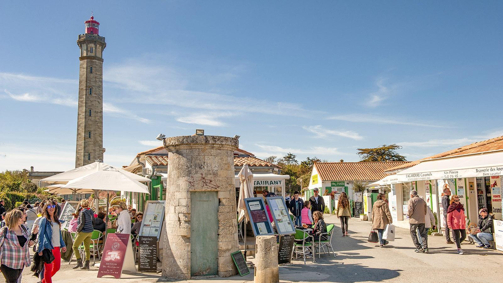 Am Phare des Baleines herrscht im Sommer Trubel - Shops, Cafés und Bars für Urlauber sind dann geöffnet-