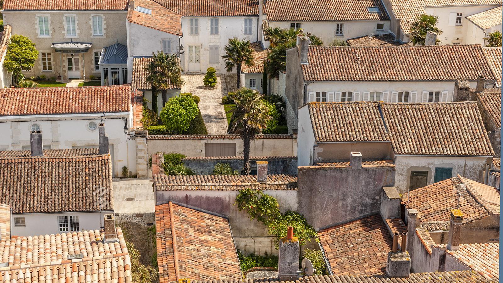 Île de Ré: Kirchturmblick auf das alte Herz der Zitadelle Sainte-Marie-de-Ré. Foto: Hilke Maunder