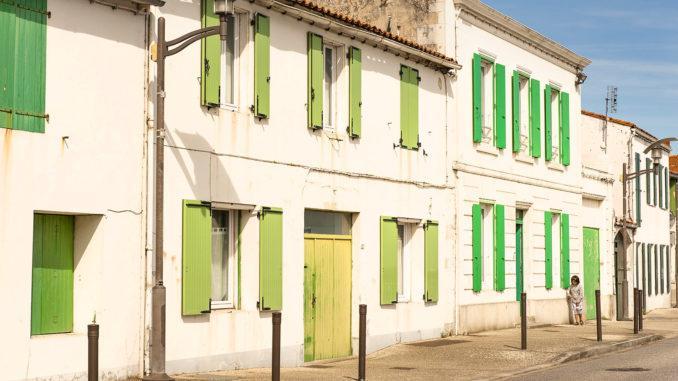 Weiß und grün: die Farben der Inselhäuser auf der Île de Ré - hier in Rivedoux. Foto: Hilke Maunder