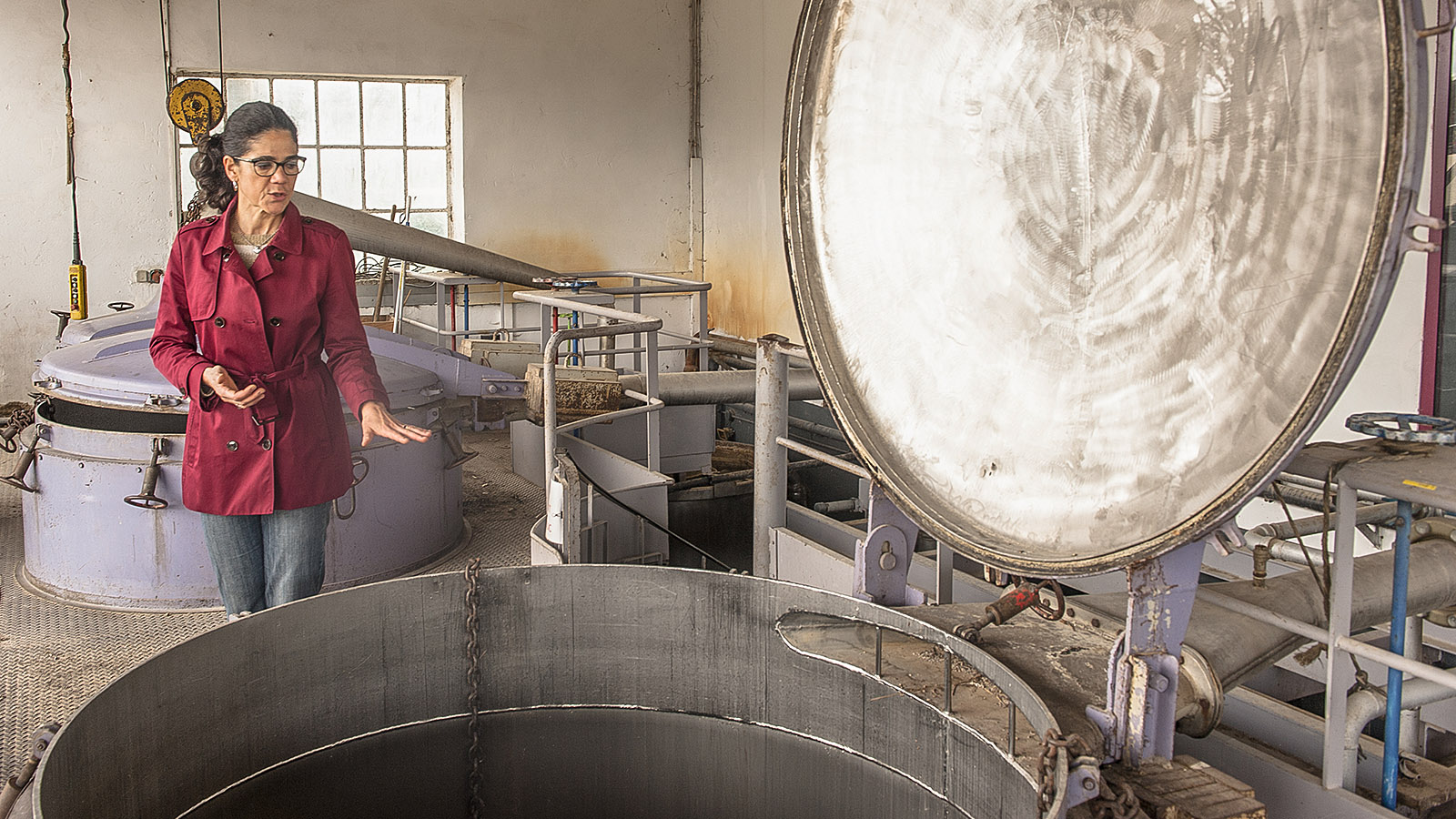 Lavendel: Véronique Agnels am Destillierkessel. Foto: Hilke Maunder