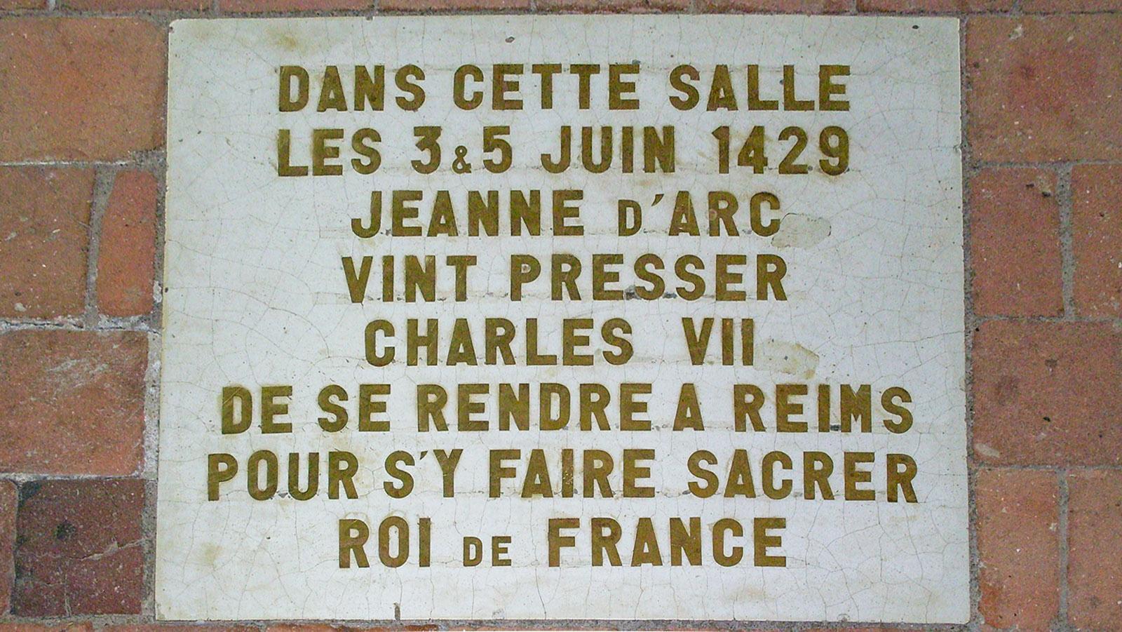 Loiretal der Schlösser: Im Logis Royal bat Jeanne d'Arc Charles VI::, sich in Reims zum König krönen zu lassen. Diese Gedenktafel erinnert daran. Foto: Hilke Maunder