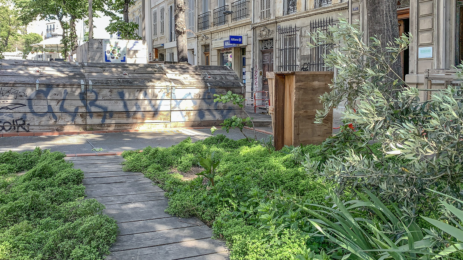 Marseille: Urban Gardening ganz nachhaltig. Den Kompost fürs Grün stellen die Bewohner selbst her. Foto: Hilke Maunder