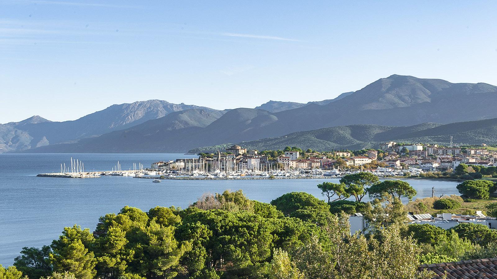 Segeln: Blick auf Saint-Florent im Nordwesten von Korsika. Foto: Hilke Maunder
