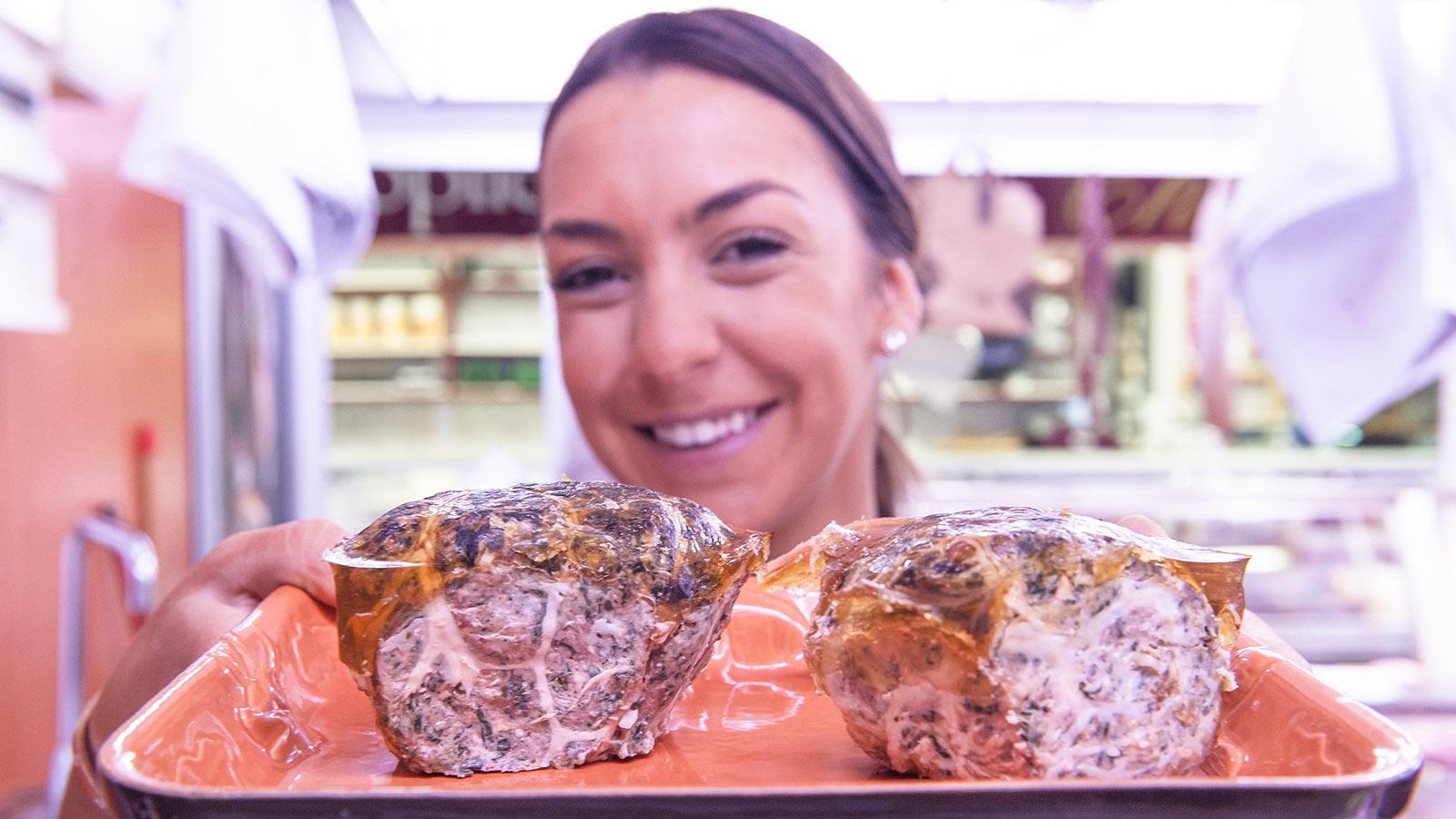 """In der Markthalle von Avignon findet ihr auch die lokale Spezialität """"caillettes"""". Foto: Hilke Maunder"""