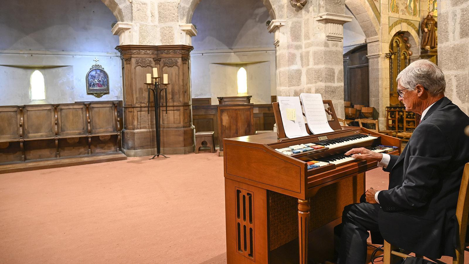 Cotentin, Barfleur. Der Kantor übt für eine Hochzeitsmesse die Musik. Foto: Hilke Maunder