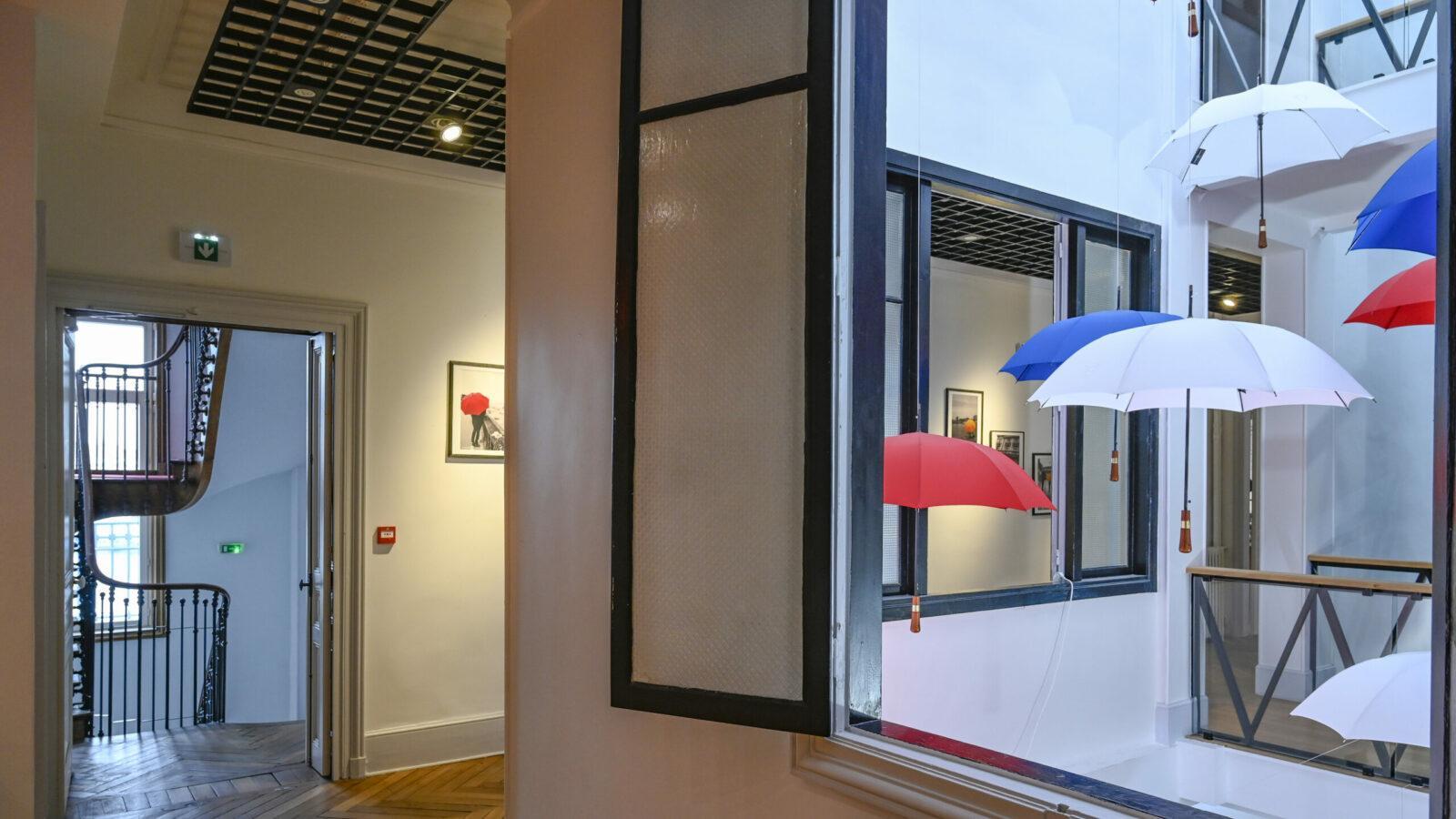 Die Schirme von Cherbourg schmücken die Ausstellung der Manufaktur. Foto: Hilke Maunder