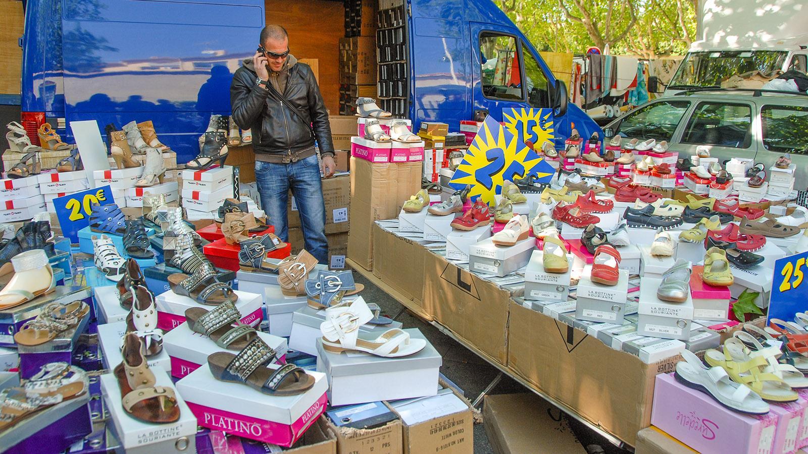 Auf jedem Wochenmarkt anzutreffen: der Schuhhändler. Foto: Hilke Maunder