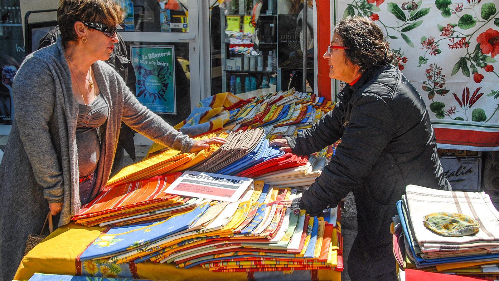 Fehlt auf keinem Wochenmarkt in der Provence: die Tuchhändlerin mit typisch prozenzalischen Stoffen. Foto: Hilke Maunder