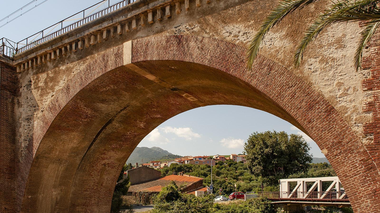 Jenseits der Bahnbrücke seht ihr den ältesten Ortsteil von Banyuls: Puig del Mas. Foto: Hilke Maunder