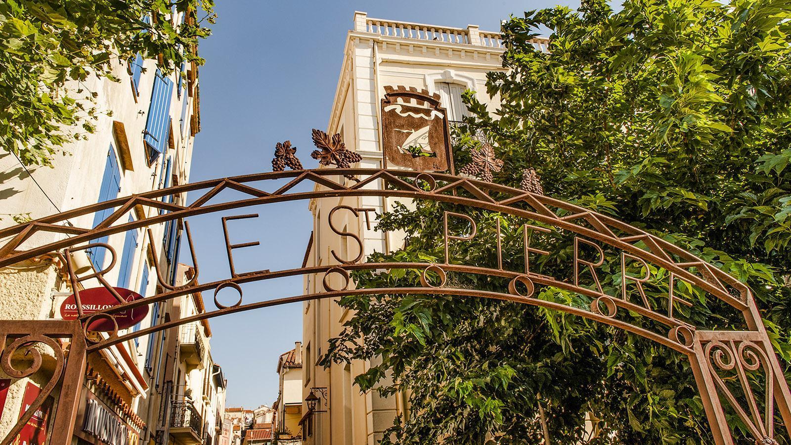 Die Rue Saint-Pierre ist die Fußgängerzone von Banyuls - hier findet hier neben vielen inhabergeschäften auch beliebte Bars und Lokale. Foto: Hilke Maunder