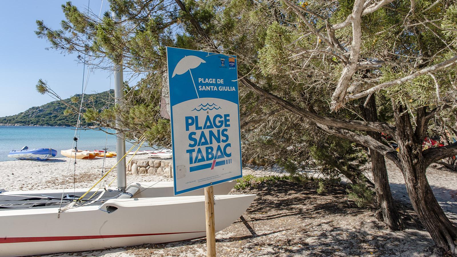 An immer mehr Strände auf Korsika ist das Rauchen verboten. Foto: Hilke Maunder