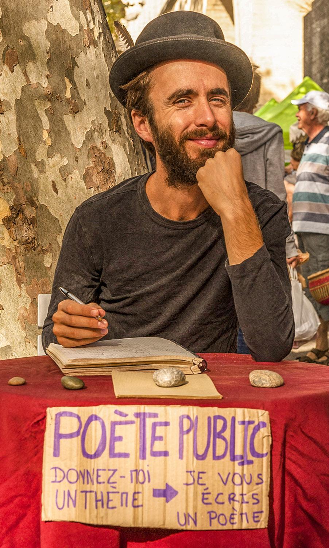 Montpellier: öffentlicher Dichter auf dem Arceaux-Markt. Foto: Hilke Maunder